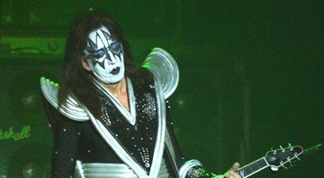 None - Ace Frehley toca com Kiss em Nova York, 2002 (Foto: George De Sota/Getty Image)