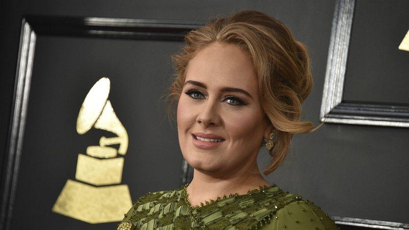 Por que pai de Adele morreu rompido com a cantora?