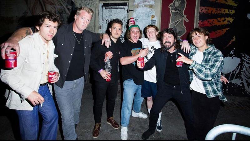 Dave Grohl, Josh Homme e Alex Turner vão juntos à show de nova banda punk; conheça The Chats
