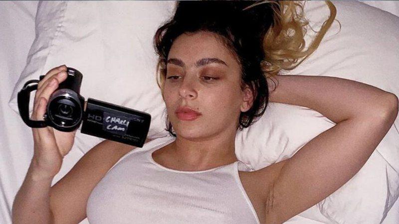 Charli XCX compõe um retrato de uma juventude inquieta em quarentena com How I'm Feeling Now [REVIEW]