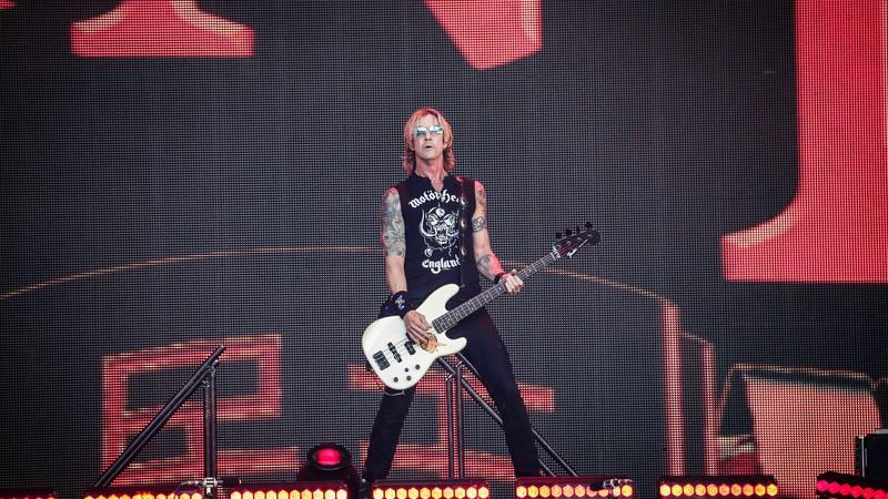 Baixista do Guns N' Roses, Duff McKagan, lança clipe com versão ao vivo de 'Don't Look Behind You'; assista