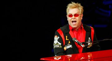 "None - Elton John durante a turnê ""The Red Piano"" em 2009 (Foto: Ethan Miller / Getty Images)"