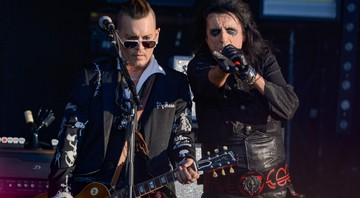 None - Johnny Depp e Alice Cooper, em ação com o The Hollywood Vampires (Foto: Julien Reynaud/Sipa USA/ Via AP Images)