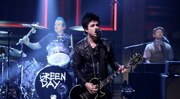 None - Billie Joe Armstrong comandando o Green Day em performance no programa de Jimmy Fallon (Foto: Reprodução / Vídeo)