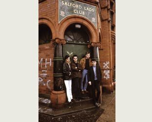 O The Smiths posa em frente ao Salford Lads Club para foto do álbum The Queen is Dead