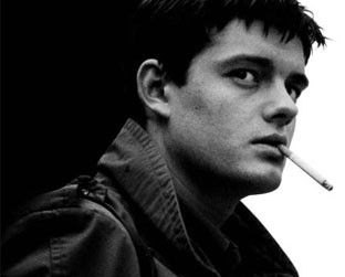 Sam Ridley na pele de Ian Curtis, vocal do Joy Division