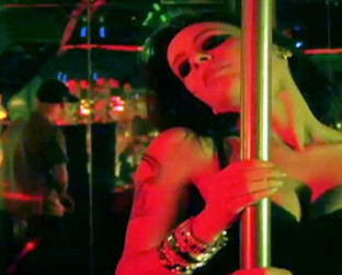 "Monica Mattos faz pole dancing no clipe de ""Cinderela"", do rapper Cabal"