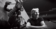 "O boneco do ""Professor"" se avulta, e Roger Waters dá um tempo nos ensaios de The Wall, no Izod Center, em Nova Jersey (EUA) - FOTO DANNY CLINCH"