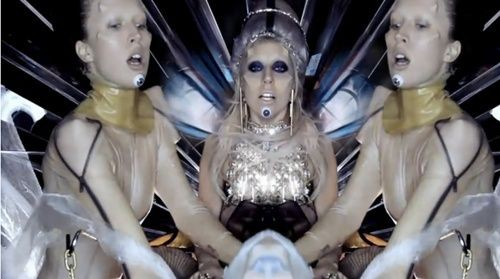 "Raquel Zimmermann no clipe de ""Born This Way"", da Lady Gaga"