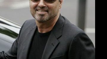 "George Michael regravou ""True Faith"", do New Order, para ajudar a instituição Comic Relief - AP"