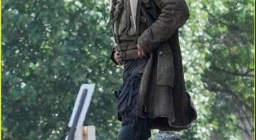 Bane (Tom Hardy) no set de The Dark Knight Rises - Reprodução/Just Jared