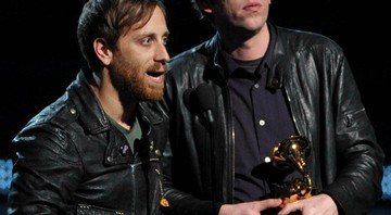 "O Black Keys aceitando o prêmio de Melhor Performance de Rock do ano no Grammy 2013, por ""Lonely Boy"" - AP"