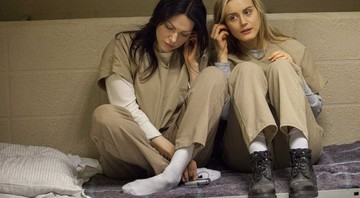 None - Taylor Schilling como Piper Chapman e Laura Prepon como Alex Vause em Orange Is The New Black (Foto: Reprodução)