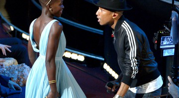 "Pharrell Williams dançando com Lupita Nyong'o durante a performance dele de ""Happy"" - John Shearer/AP"