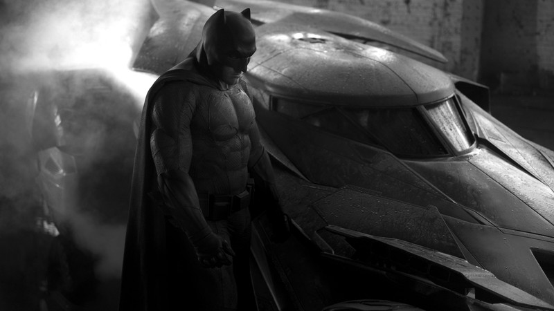 Ben Affleck como Batman ao lado do batmóvel