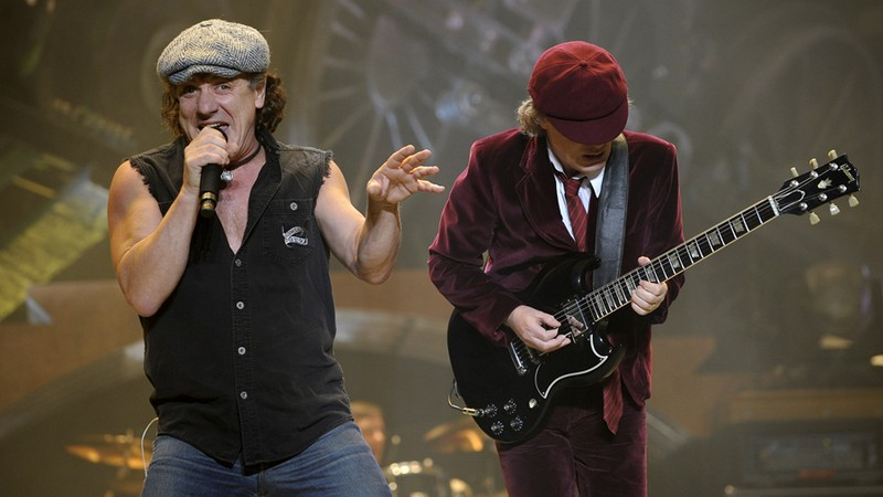 Brian Johnson (à dir.) e Angus Young, do AC/DC, se apresentam no Madison Square Garden, em Nova York. em, 2008.