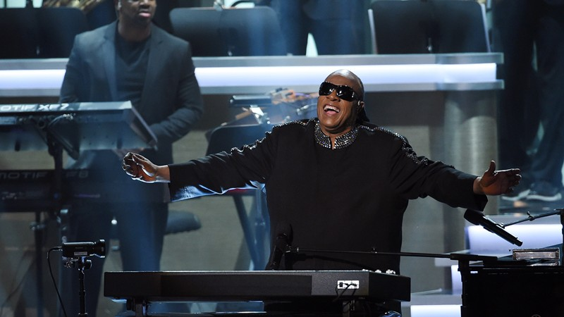 Cantor durante o show The Grammys' Songs in the Key of Life – An All-Star Salute to Stevie Wonder