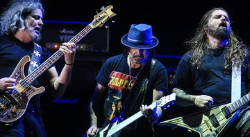 Após show do Motörhead ser cancelado, membros da banda de rock e integrantes do Sepultura improvisaram uma jam session no Monsters of Rock 2015. - Gustavo Vara