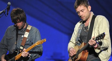 Graham Coxon e Damon Albarn, do Blur, durante performance ao vivo - John Shearer/AP
