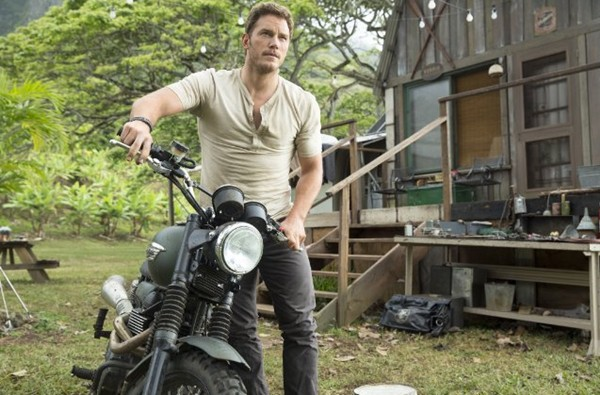 Chris Pratt  em cena do filme Jurassic World: O Mundo dos Dinossauros