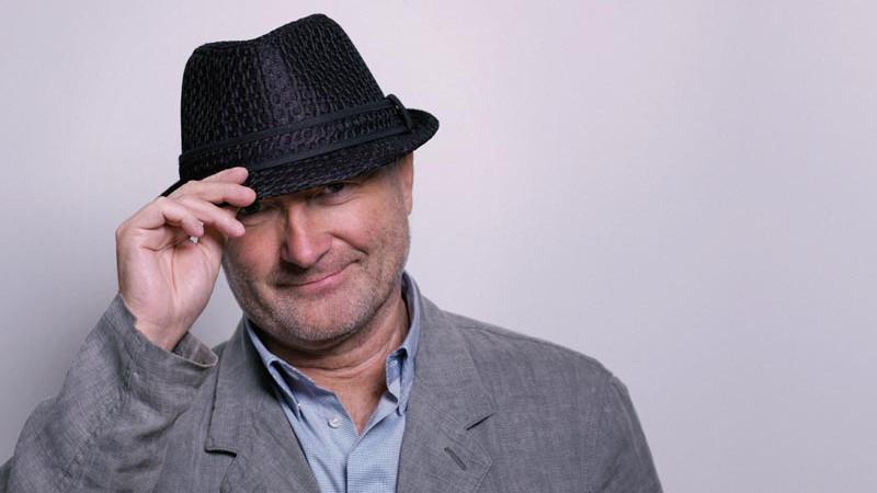 Phil Collins cai de costas durante show e precisa de ajuda para se levantar; assista