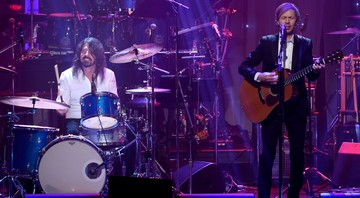 "Beck (à esquerda) faz homenagem a David Bowie tocando ""The Man Who Sold the World"" com os ex-integrantes do Nirvana, Dave Grohl, Pat Smear e Krist Novoselic, em evento pré-Grammy 2016 - Chris Pizzello/AP"