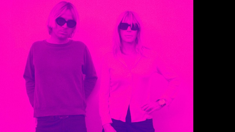 A ex-Sonic Youth Kim Gordon ao lado de Alex Knost (do Tomorrows Tulips), parceiro dela no Glitterbust.
