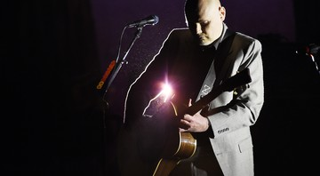 "Billy Corgan à frente do Smashing Pumpkins, durante show da turnê ""eletro-acústica"", intitulada In Plainsong, da banda - Chris Pizzello/AP"
