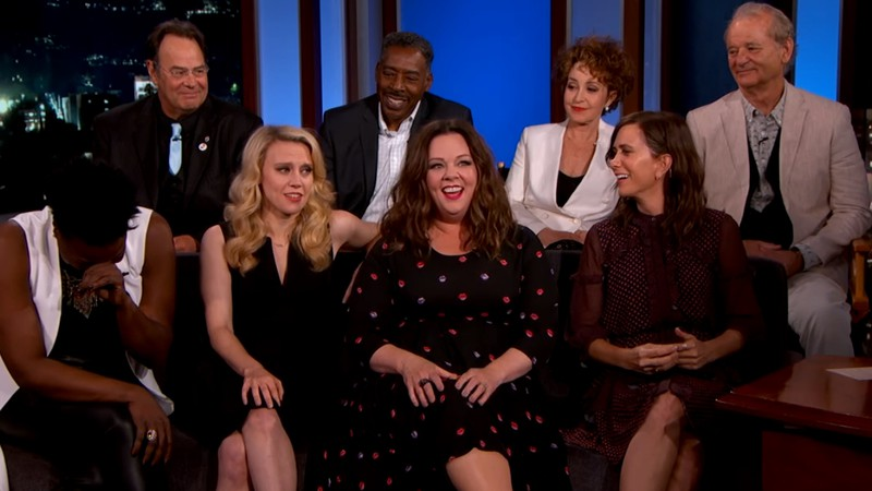 Elenco do Caça-Fantasmas de 2016 e do filme de 1984 durante encontro no programa Jimmy Kimmel Live