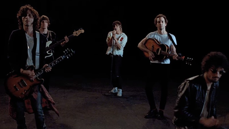 "The Strokes em cena do clipe de ""Threat Of Joy"", faixa do EP Future Present Past (2016)"