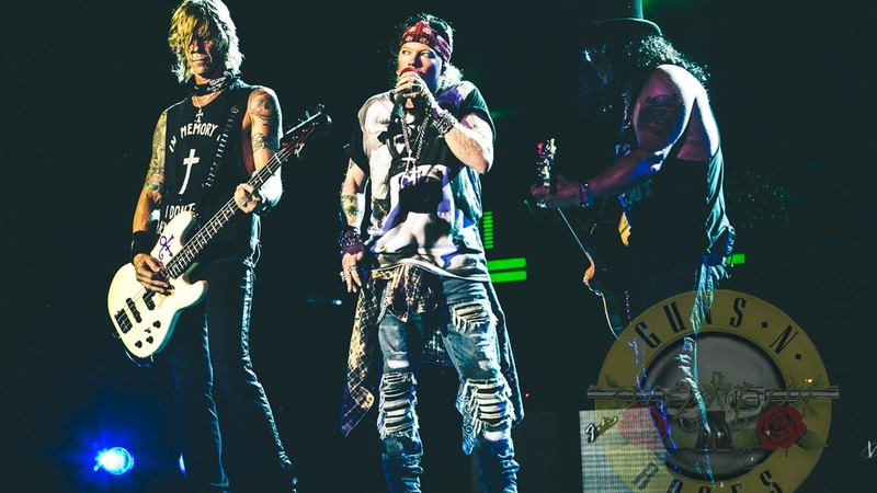 Axl Rose, Slash e Duff McKagan durante show da turnê Not in This Lifetime, do Guns N' Roses