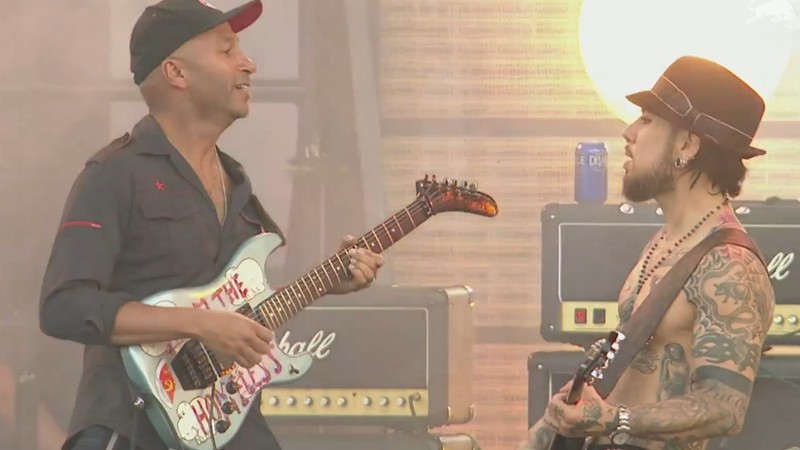 Cena de vídeo de performance do Jane's Addiction com o guitarrista Tom Morello, em show no Lollapalooza norte-americano de 2016