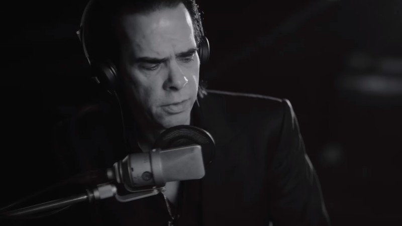 Nick Cave em cena do filme <i>One More Time With Feeling</i>, que acompanha o álbum <i>Skeleton Tree</i> (2016)