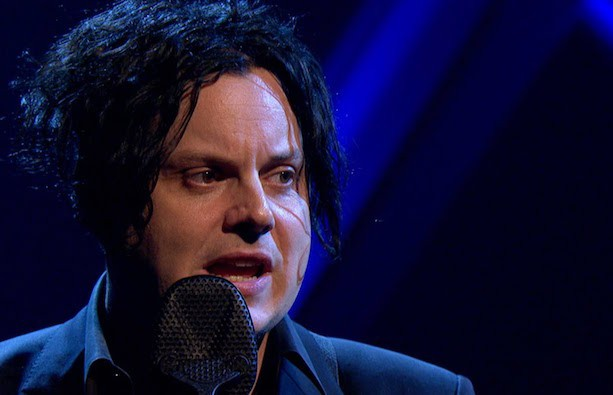 Jack White durante performance no programa Later... With Jools Holland, da BBC