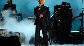 Tom Jones tocando no Los Angeles Convention Center, em 2015