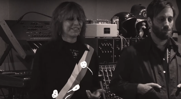 "Chrissie Hynde e Dan Auerbach no clipe de ""Holy Commotion"", novo single do The Pretenders - Reprodução"