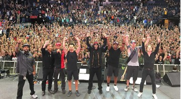Prophets of Rage com Matt Shultz, do Cage the Elephant, e Dan Auerbach, do Black Keys, durante show em Nashville, nos Estados Unidos - Reprodução/Instagram
