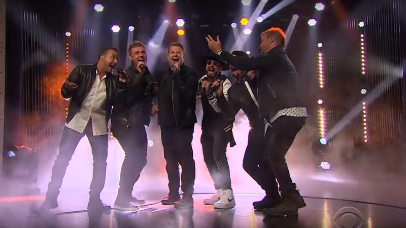 "James Corden, apresentador do Late Late Show e Backstreet Boys apresentam ""Everybody (Backstreet's Back)"", sucesso do grupo"