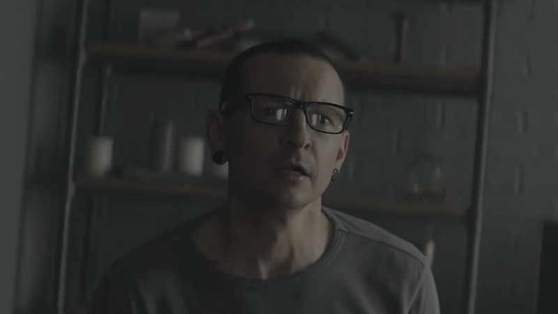"Chester Bennington no clipe de ""Heavy"", novo single do Linkin Park"