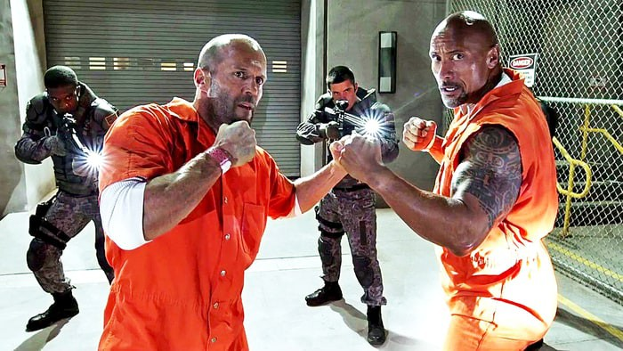 "O agente federal Luke Hobbs (Dwayne ""The Rock"" Johnson) e o ex-vilão Decker Shaw (Jason Statham) em Velozes e Furiosos 8"