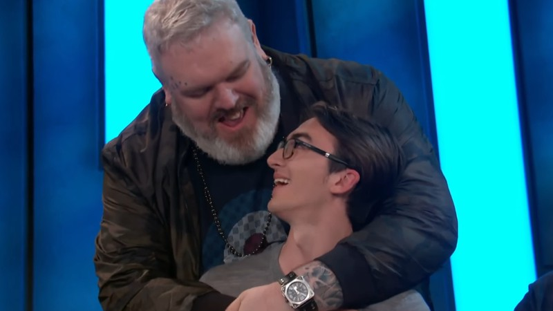 Isaac Hempstead Wright e Kristian Nairn, interprétes de Bran Stark e Hodor, respectivamente, em Game of Thrones