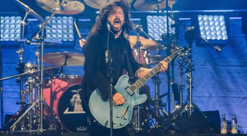 Dave Grohl em performance com o Foo Fighters - AP