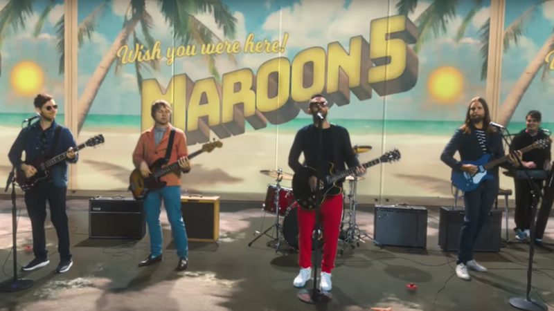 "Maroon 5 no clipe de ""Three Little Birds"""