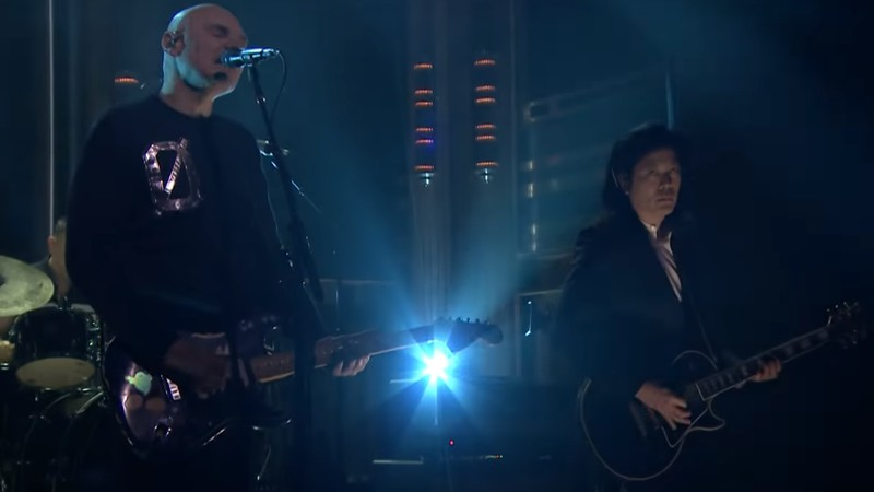 Smashing Pumpkins, com três quartos dos integrantes originais da banda (Billy Corgan, James Iha e Jimmy Chamberlain), durante performance no programa de TV norte-americano <i>The Tonight Show With Jimmy Fallon</i>