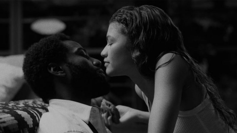 Zendaya e John David Washington sendo carinhosos e afetuosos no filme da Netflix