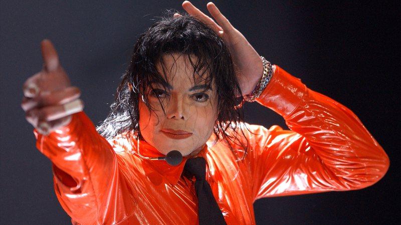 """Michael Jackson se apresenta no """"American Bandstands 50th...A Celebration"""" em abril de 2002 (Vince Bucci/Getty Images)"""