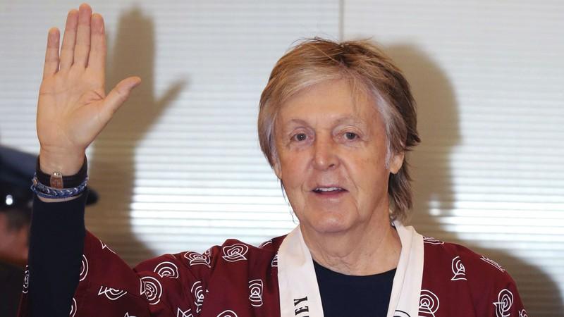 Paul McCartney faz as próprias palhetas com moedas achatadas nos trilhos do trem