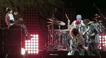None - Red Hot Chili Peppers durante o show nas pirâmides do Egito (Foto:AP Photo/Nariman El-Mofty)