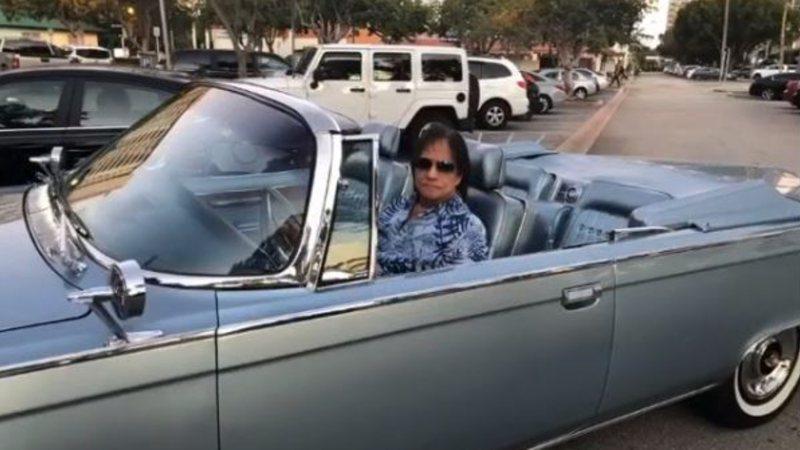 Roberto Carlos exibe carrão de 1965 de mais de R$ 270 mil: 'Festa de arromba'