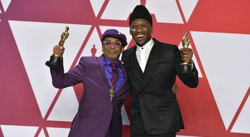None - Spike Lee e Mahershala Ali exibem suas estatuetas do Oscar (Foto: Jordan Strauss/Invision/AP)